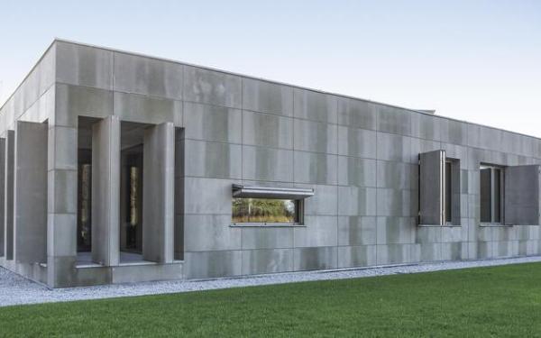 Dom pasywny z elewacją z płyt betonowych